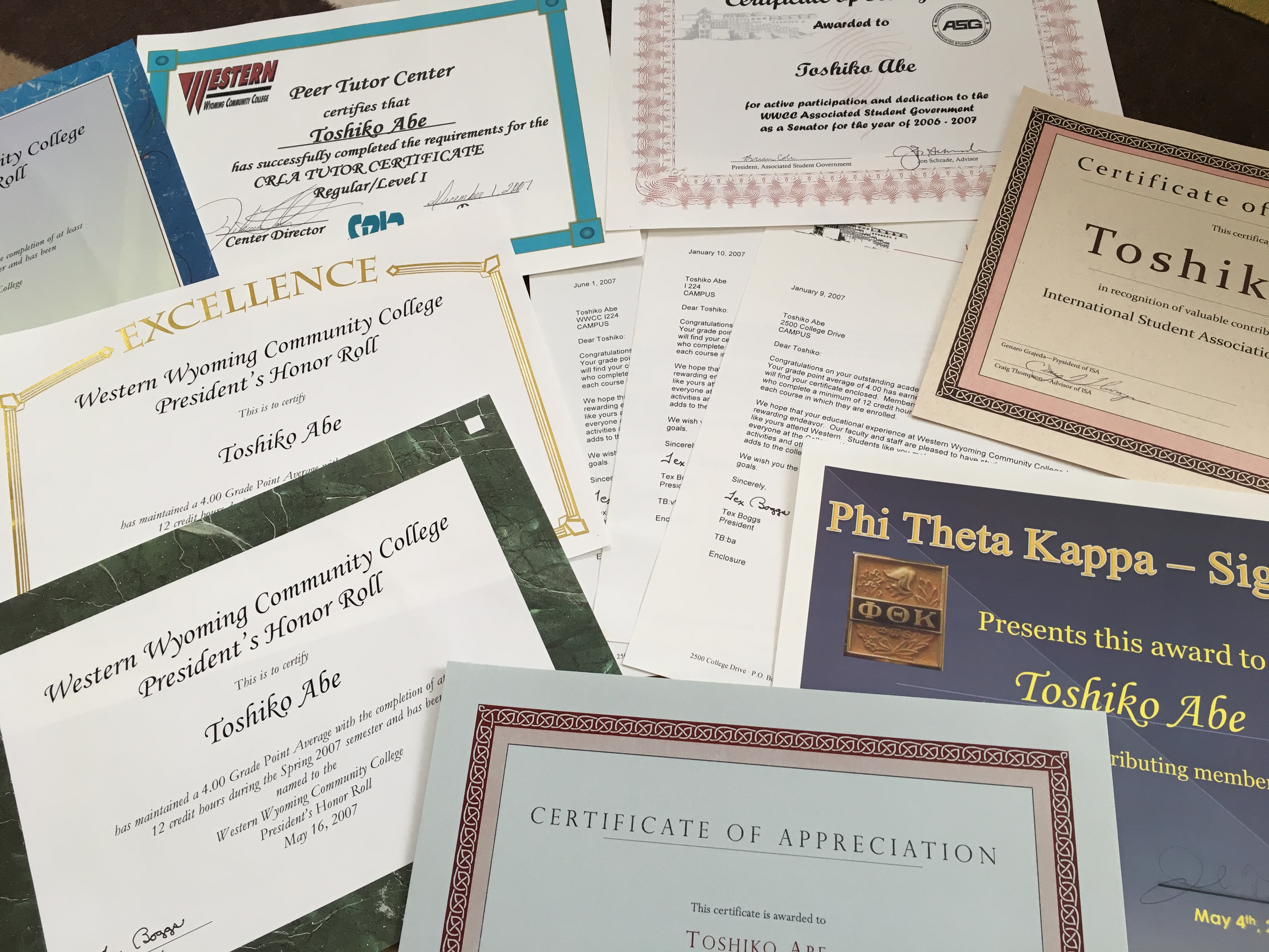 活動したときの終了証や成績優秀者に送られる表彰状の数々