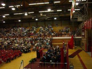 卒業式で4000人を前にスピーチをする私