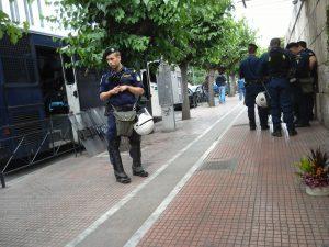 警察部隊もすぐ横でスタンバイ