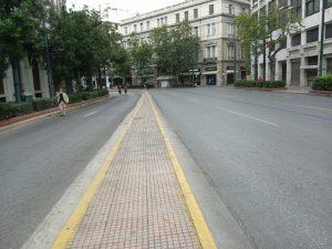 デモが通ったあとの道路はガラガラ