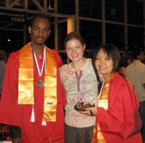 卒業式で成績優秀者の賞をもらった同士との一枚