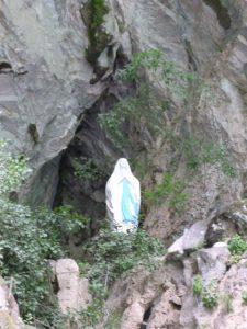 アルバニアの渓谷に佇むマリア像